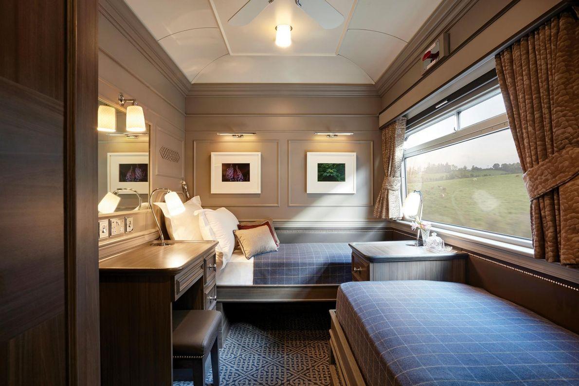 Les chambres à bord du Belmond Grand Hibernian ressemblent à des suites d'hôtel de l'époque géorgienne. ...