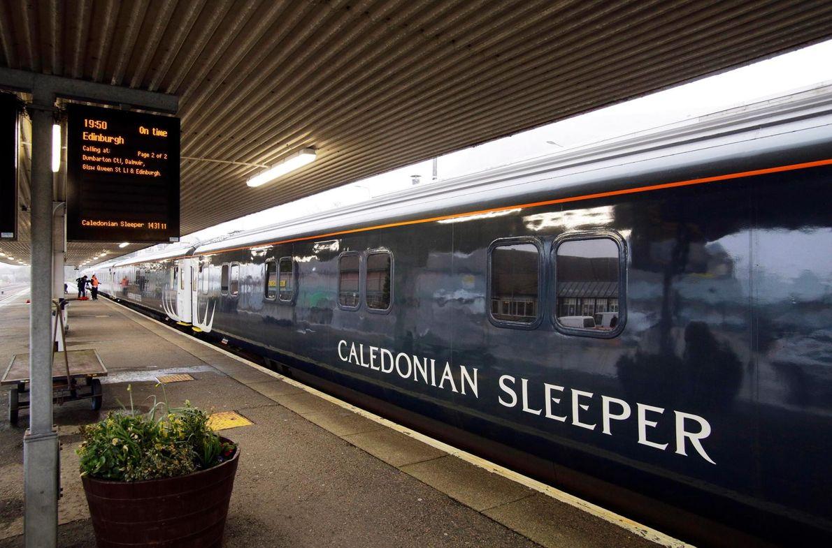Quittez Londres dans la soirée à bord du wagon-restaurant du Caledonian Sleeper, gagnez votre cabine et ...