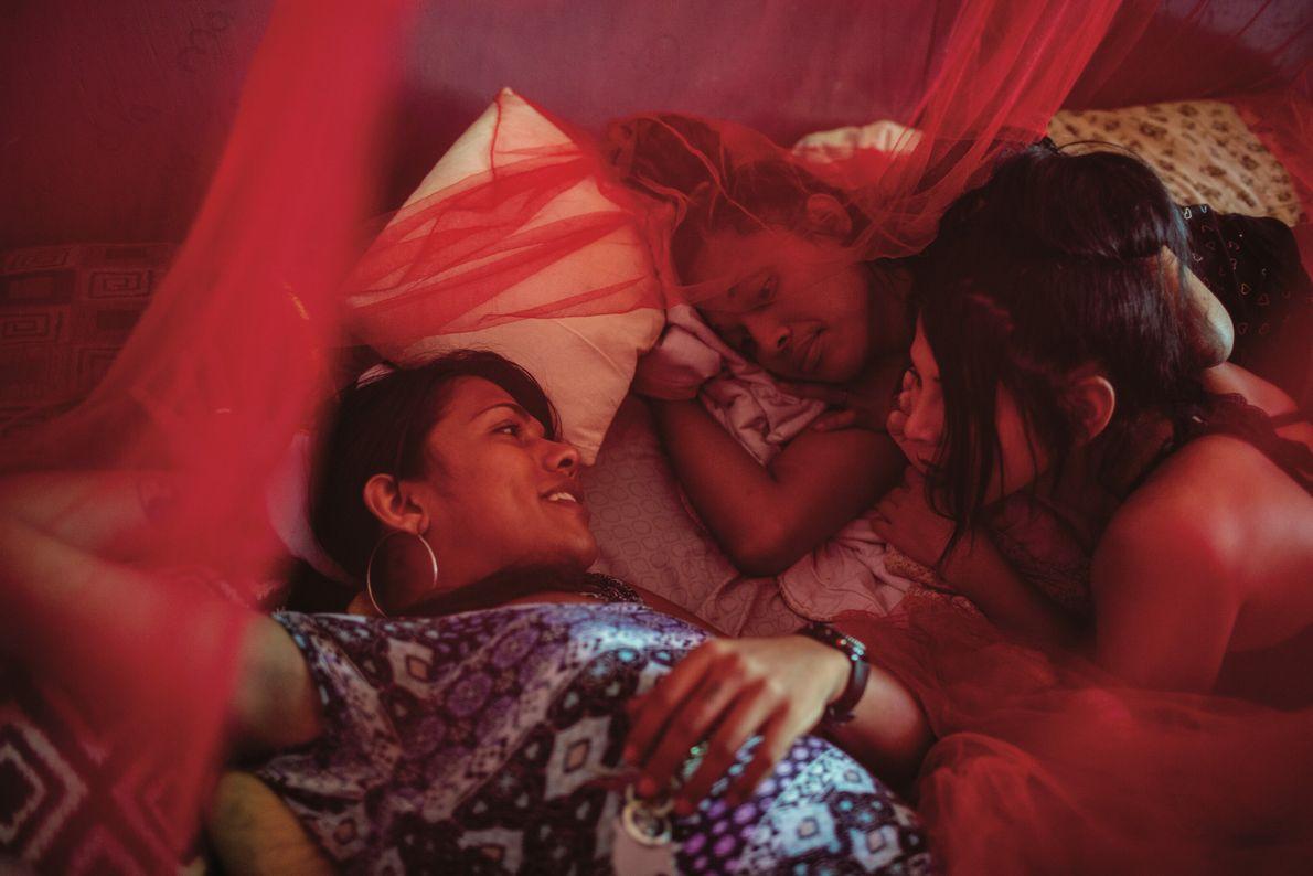 Samanta Hilton, Alexa Smith et Escarle Lovely se détendent, dans leur ville natale de San Pedro ...