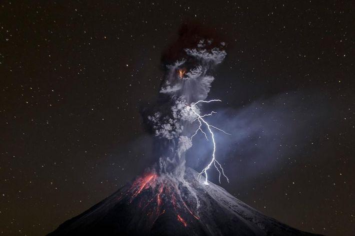 Un éclair zèbre le ciel nocturne au-dessus du volcan de Colima, au Mexique, tandis qu'une éruption ...