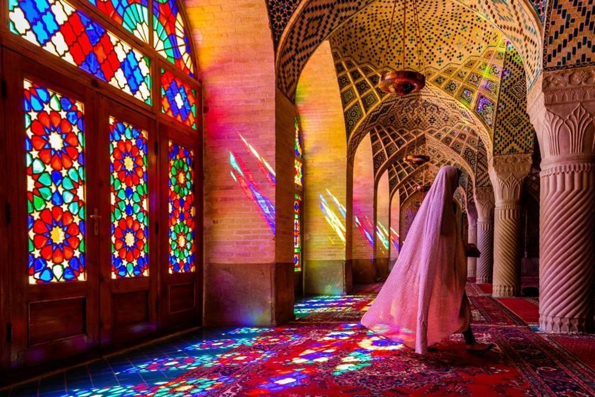 Peu fréquents dans les mosquées, les vitraux de la mosquée Nasir-ol-Molk située à Chiraz, en Iran, ...