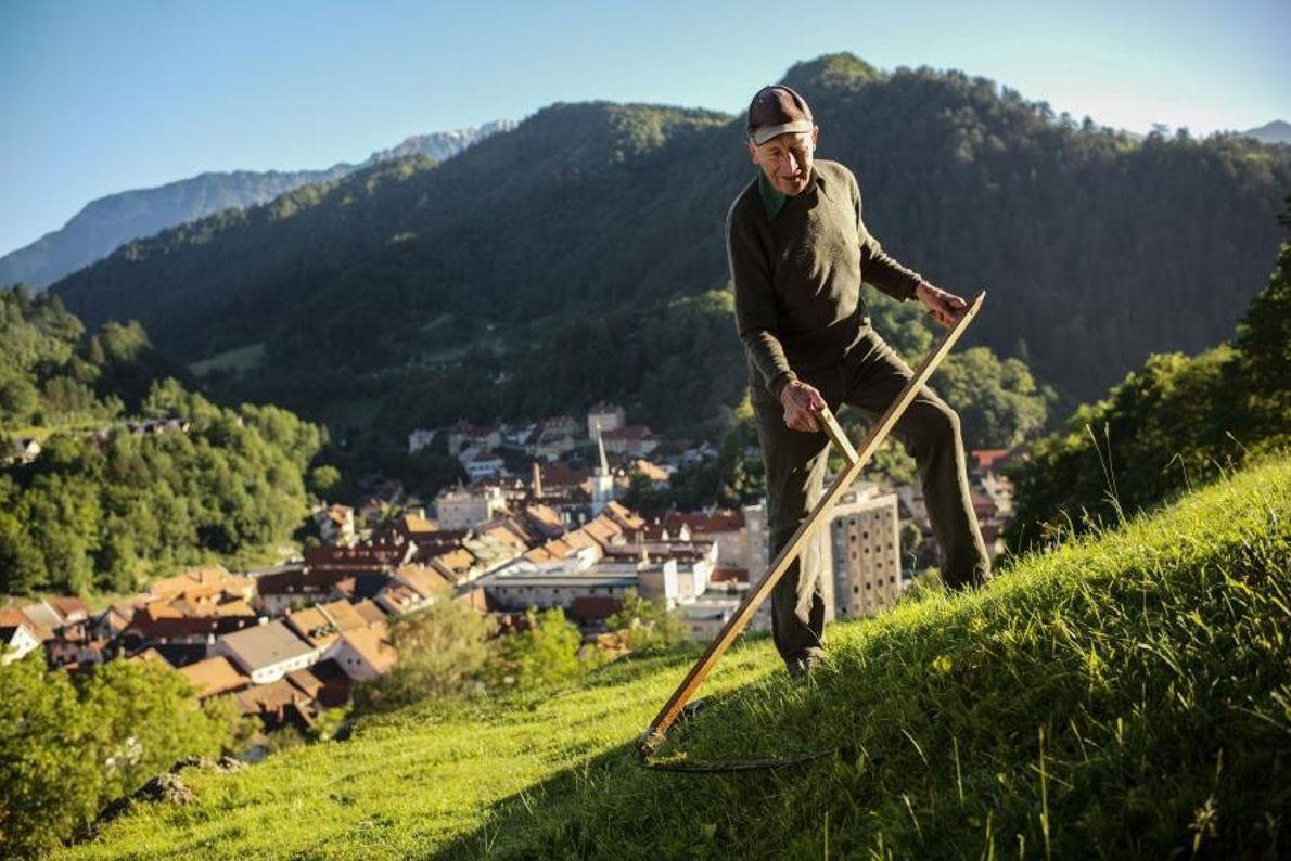 Le soleil se couche sur la crête de Košuta, en Slovénie. La montagne Veliki Vrh apparaît ...