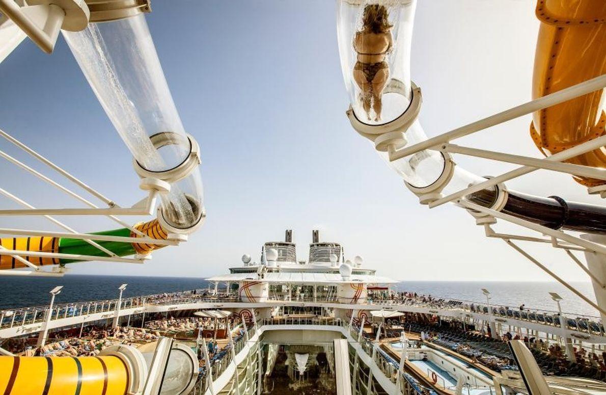 Le navire de croisière Harmony of the Seas possède plusieurs toboggans de différents étages, dont le ...