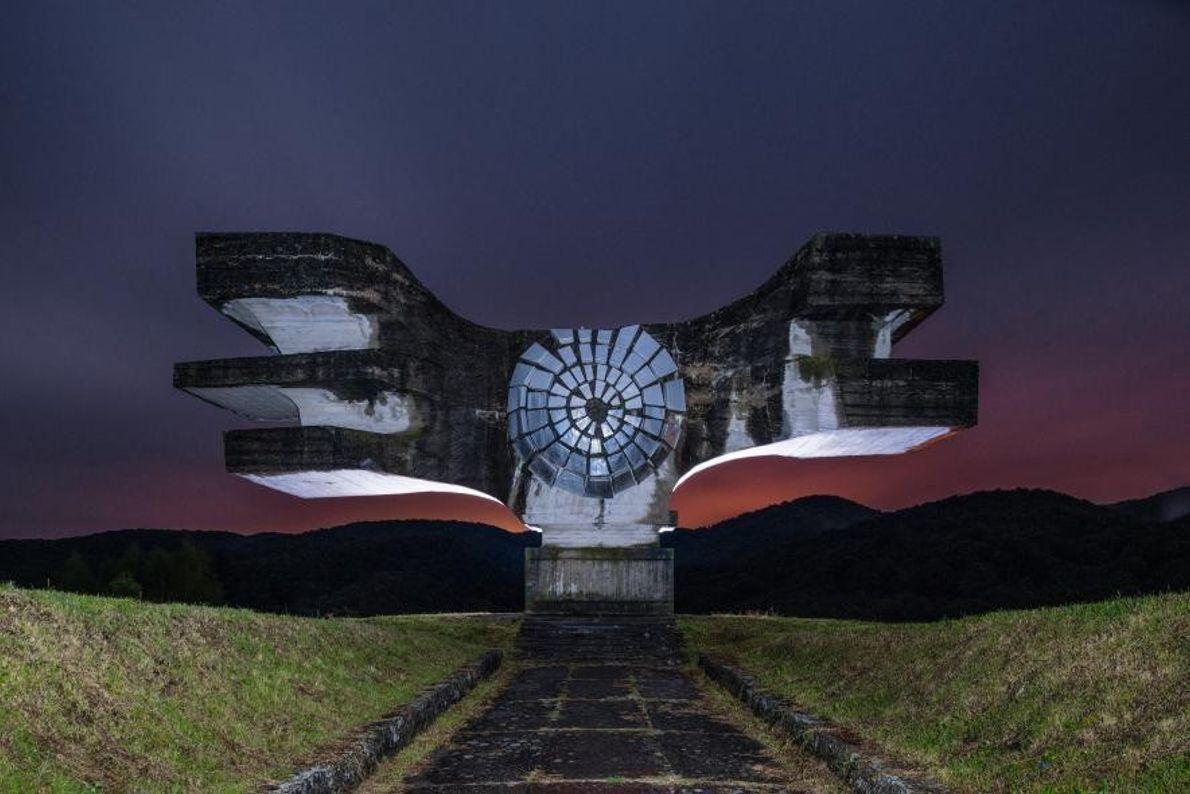Cette imposante sculpture ailée, située à Podgarić, en Croatie, abrite une crypte qui contient les dépouilles ...