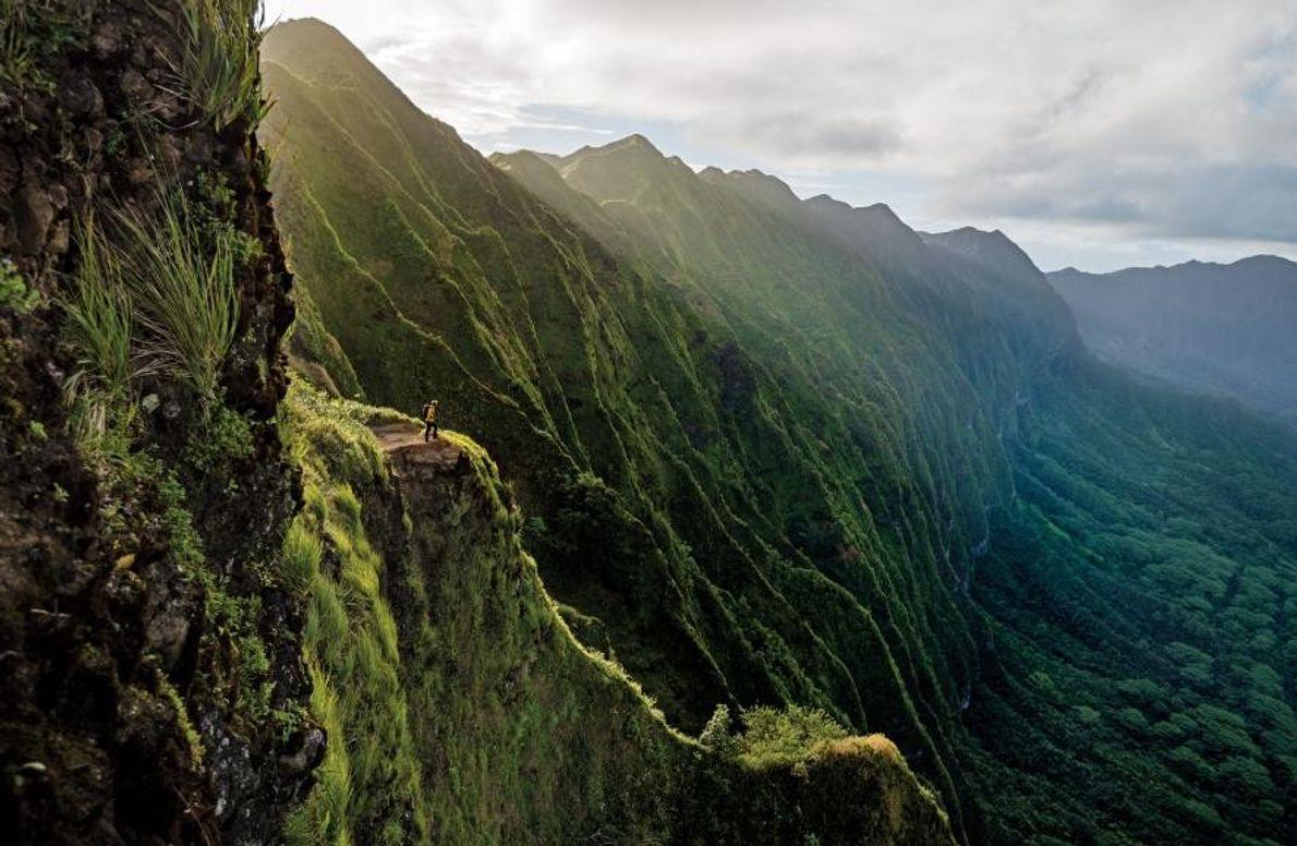 Un randonneur surplombe la chaîne de montagnes de Ko'olau située sur l'île O'ahu, dans l'archipel d'Hawaï.