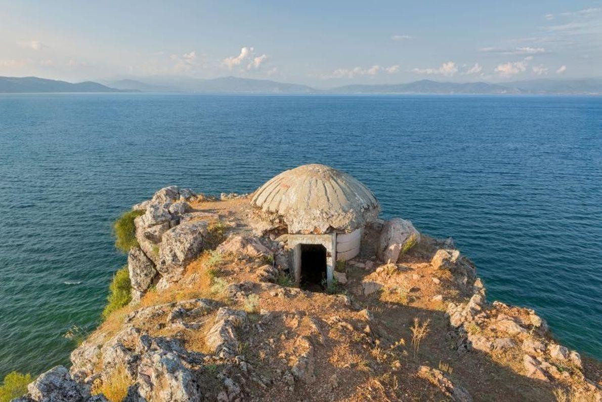 Sur les rives du lac d'Ohrid, en Albanie, un sanctuaire grec orthodoxe gît dans un bunker, ...