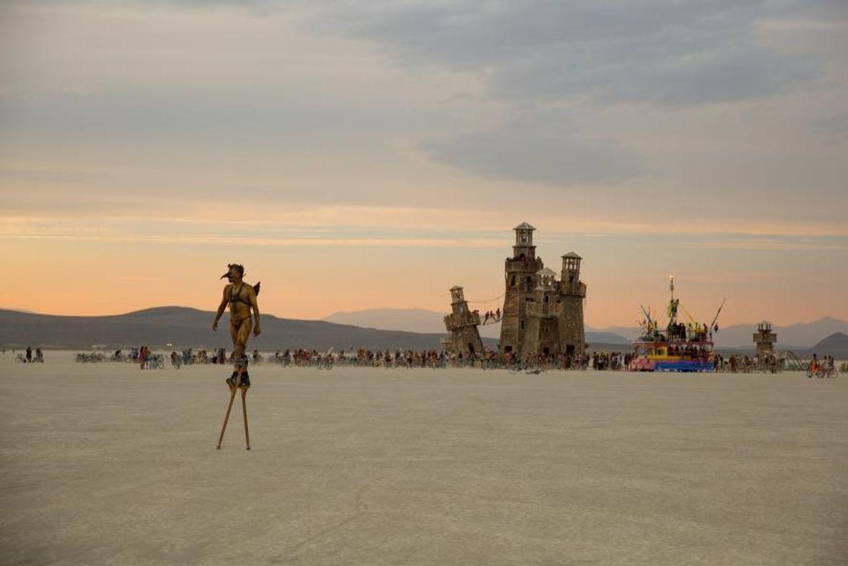 Un participant au festival artistique Burning Man, qui se tient dans le Nevada chaque année, traverse ...