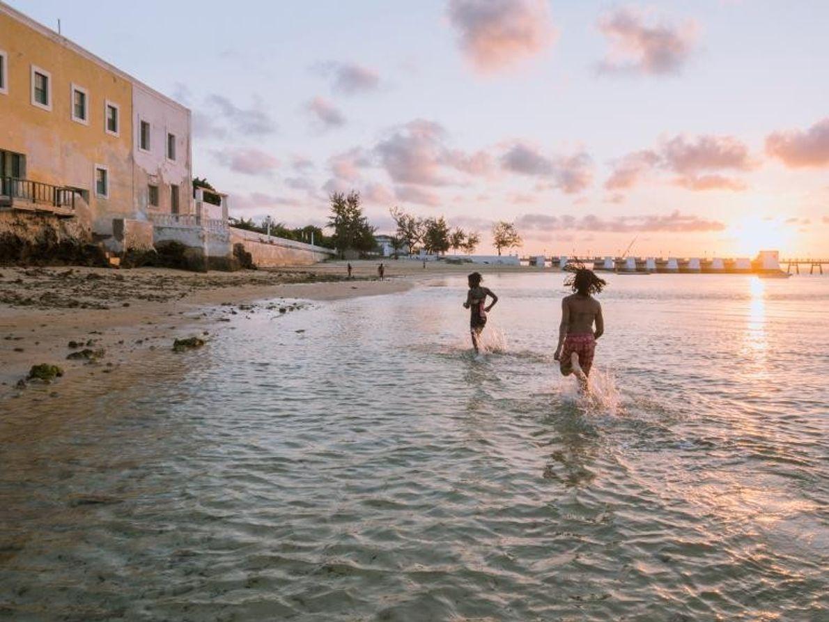 Le soleil se couche sur la plage, près de la forteresse de Saint-Sébastien, au Mozambique, plus ...