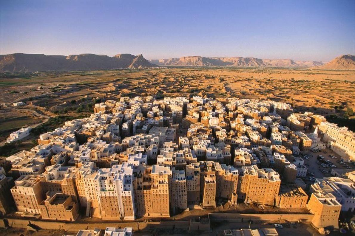 L'ancienne ville de Chibam avec son mur d'enceinte, au Yémen, est la plus ancienne métropole au ...