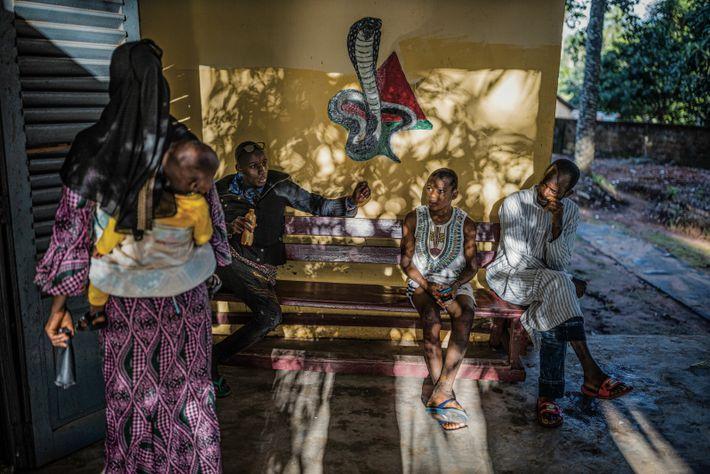 Abdourahmane Diallo, 12 ans, et son père (à droite) attendent au centre de traitement de Baldé, ...
