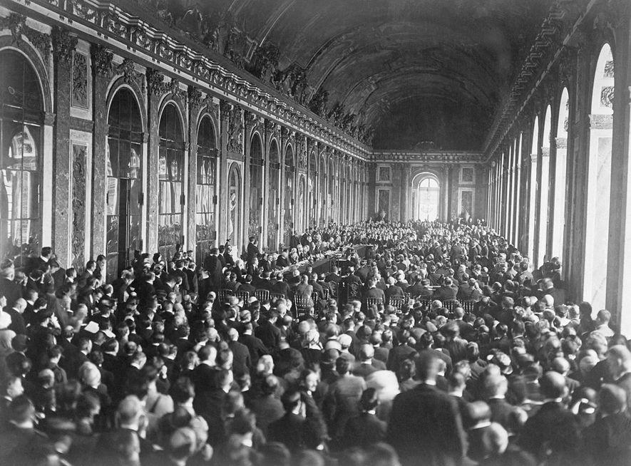 Les dirigeants européens signent le traité de Versailles dans la galerie des glaces pour mettre officiellement ...