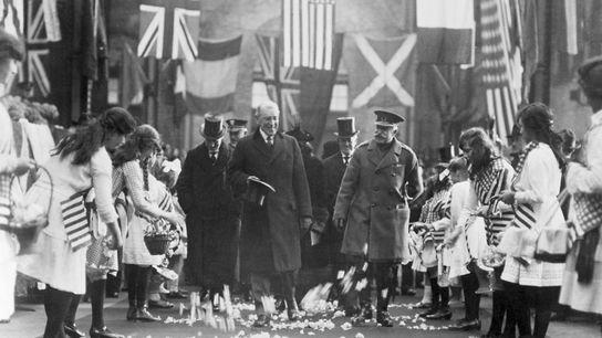 Le président des États-Unis, Woodrow Wilson, sourit en dirigeant le cortège qui a suivi la signature ...