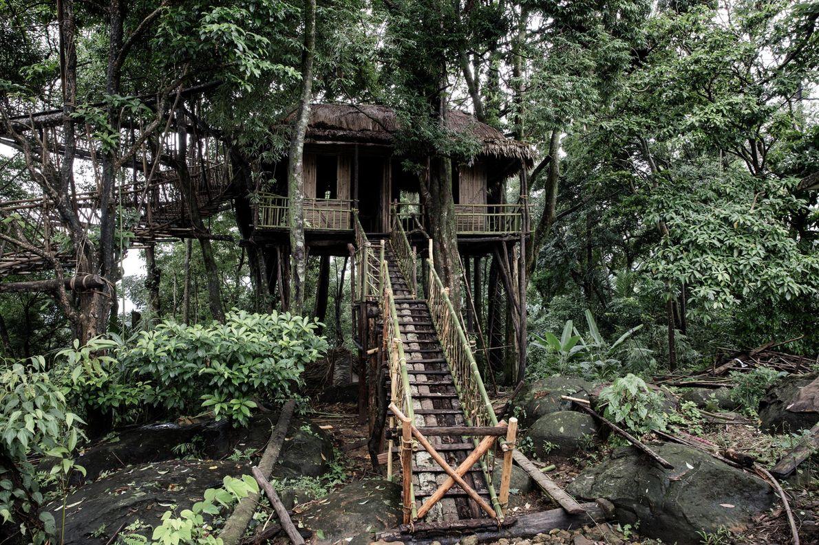 Par temps clair, les visiteurs peuvent voir jusqu'au Bangladesh depuis le poste d'observation en bamboo.