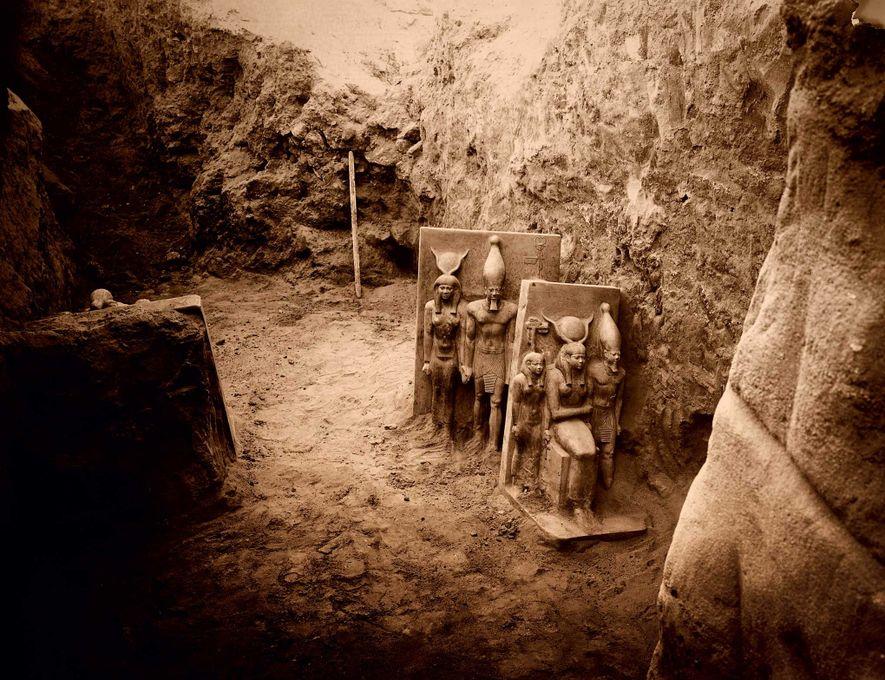 Prise en 1908, cette photo révèle deux sculptures de la triade de Menkaure peu après leur ...