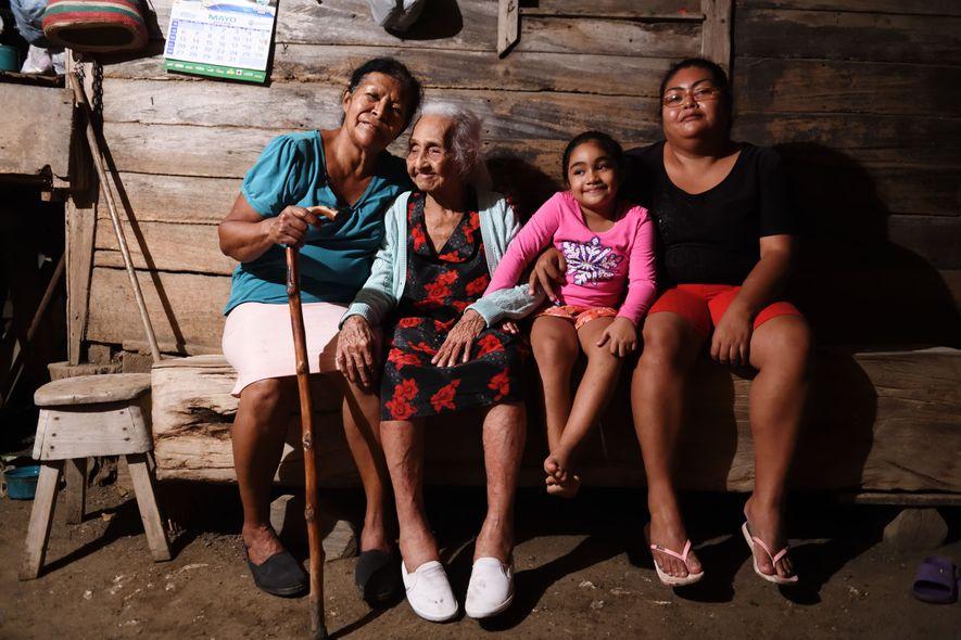 Trinidad (en robe à fleurs), 103 ans, vit entourée de ses enfants et petits-enfants et de ...