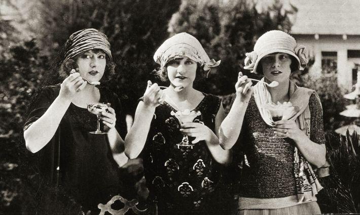 Des tripléessavourent leurs glaces en 1920. Les desserts glacés ont connu un essor remarquable en Europe ...
