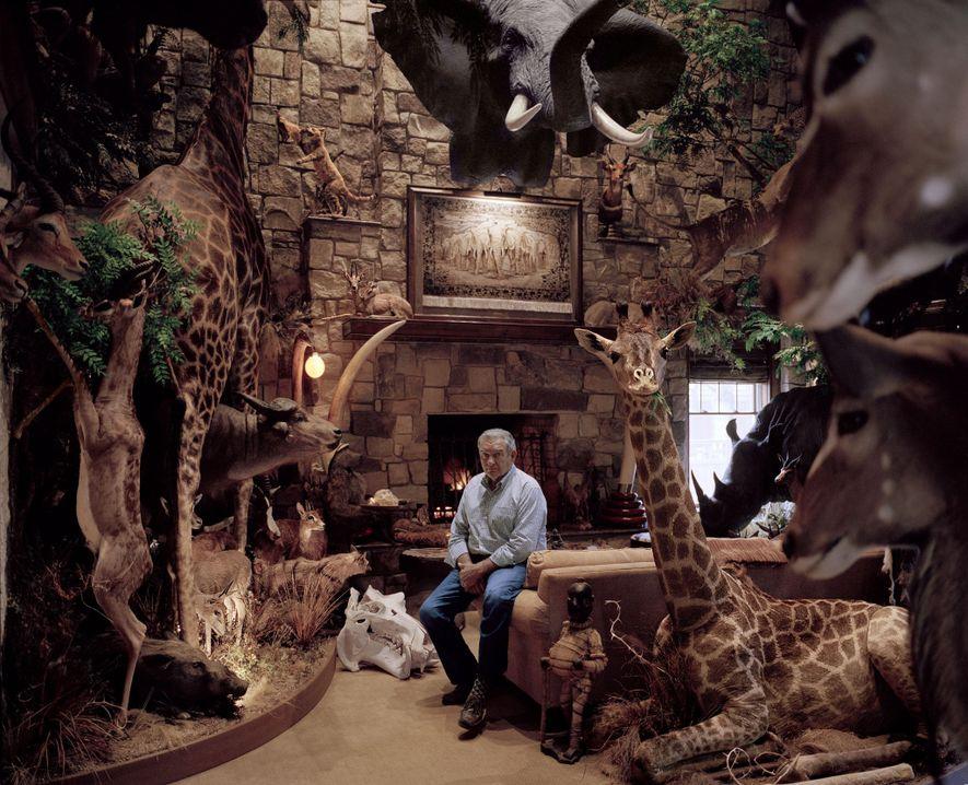 Ce chasseur du Delaware pose chez lui, au milieu de plus d'une centaine de ses trophées ...
