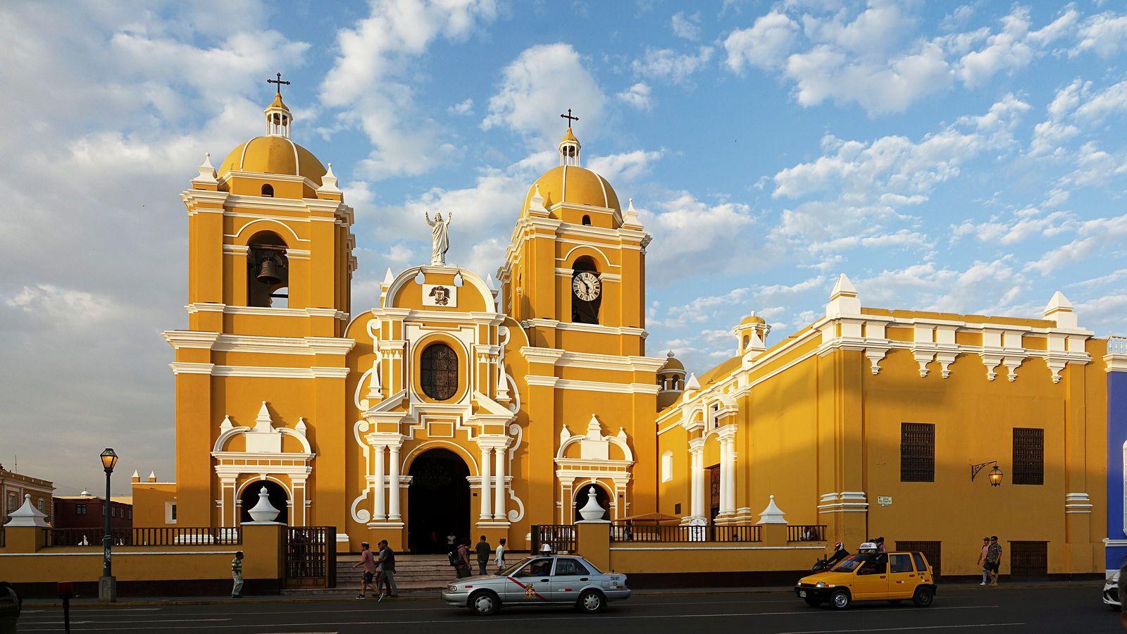 Vue de la cathédrale Sainte-Marie de Trujillo au Pérou - Les touristes internationaux visitent peu le nord ...
