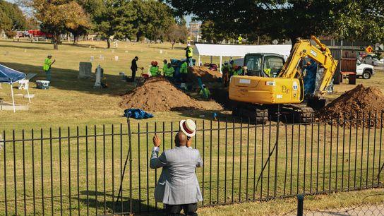 Le révérend Robert Turner de l'église Vernon A.M.E. prie au cimetière d'Oaklawn après avoir appris que ...