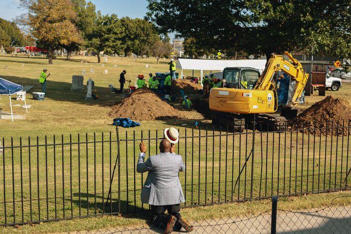 Le révérend Robert Turner prie devant un site de fouilles dans le cimetière d'Oaklawn, dans l'Oklahoma. Des ...