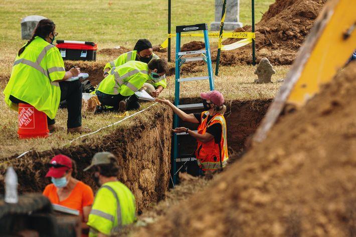 À Tulsa, les équipes de fouilles du cimetière d'Oaklawn cherchent les dépouilles des victimes du massacre ...