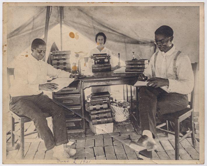 Cinq jours après l'incendie de son bureau, l'avocat B. C. Franklin, son associé et leur secrétaire ...