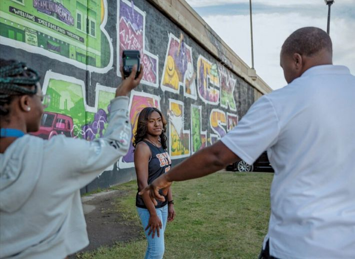 Brandi Ishem, élève de terminale, pose devant une peinture murale célébrant le Black Wall Street (le ...