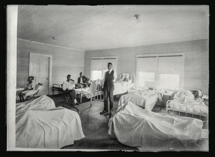 L'hôpital de campagne de la Croix-Rouge de Tulsa, rempli de blessés. « Les registres font état ...