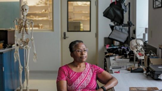 Phoebe Stubblefield, une anthropologue judiciaire dont la grand-tante a perdu sa maison dans l'émeute, va aider ...