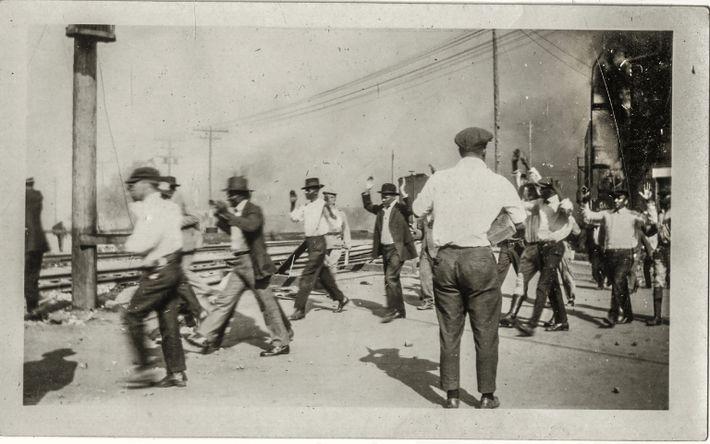 Des résidents noirs se sont battus pour empêcher les émeutiers blancs de traverser la voie ferrée ...