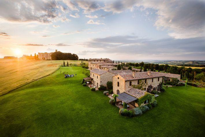 Non loin de Buonconvento se trouve le Borgo Finocchieto, un village restauré dont les habitations ont ...