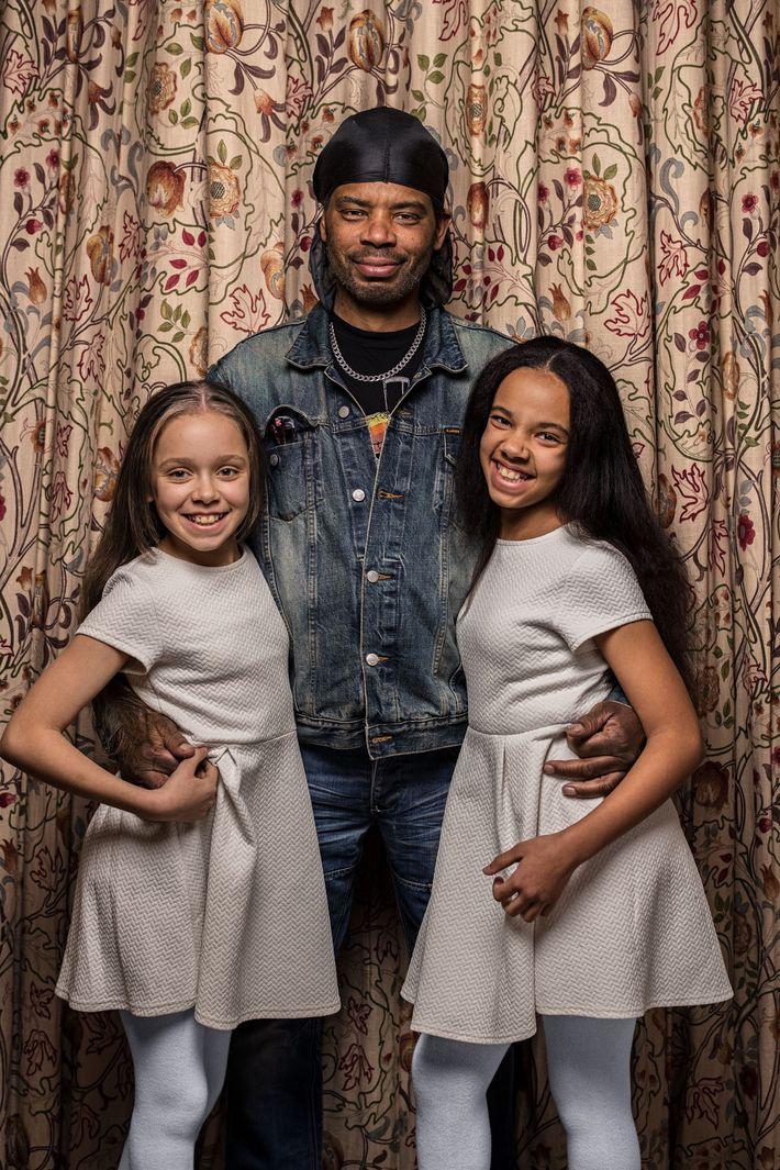 Michael Biggs constate un trait familial entre ses deux filles, Marcia (à gauche) et Millie (à ...