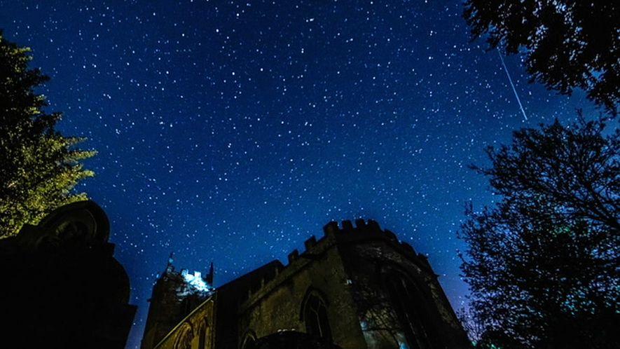 Des météorites de la comète de Halley volent au-dessus d'une église médiévale