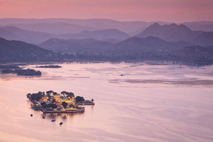 Entourée par la chaîne de montagnes des Avaralli, Udaipur est également connue sous le nom de ...