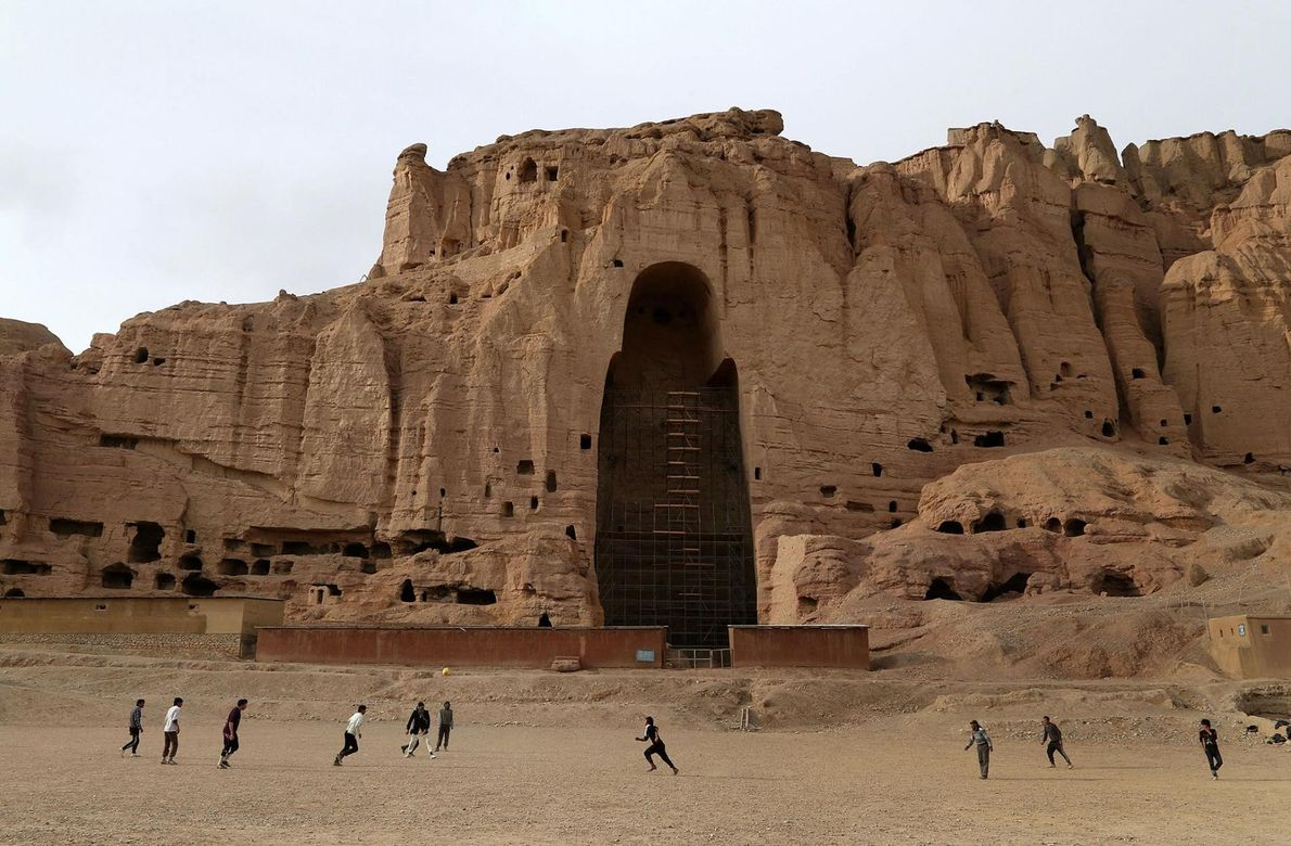 LA VALLÉE DE BAMIYAN, AFGHANISTAN Nichée dans la chaîne montagneuse de l'Hindu Kush, la vallée de Bamiyan ...