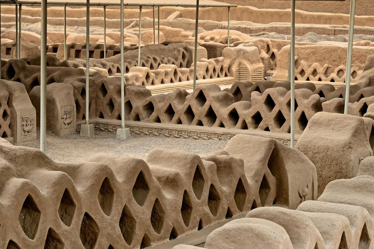 ZONE ARCHÉOLOGIQUE DE CHAN CHAN, PÉROU Les épais murs en terre ornés d'hommes et d'animaux témoignent de ...