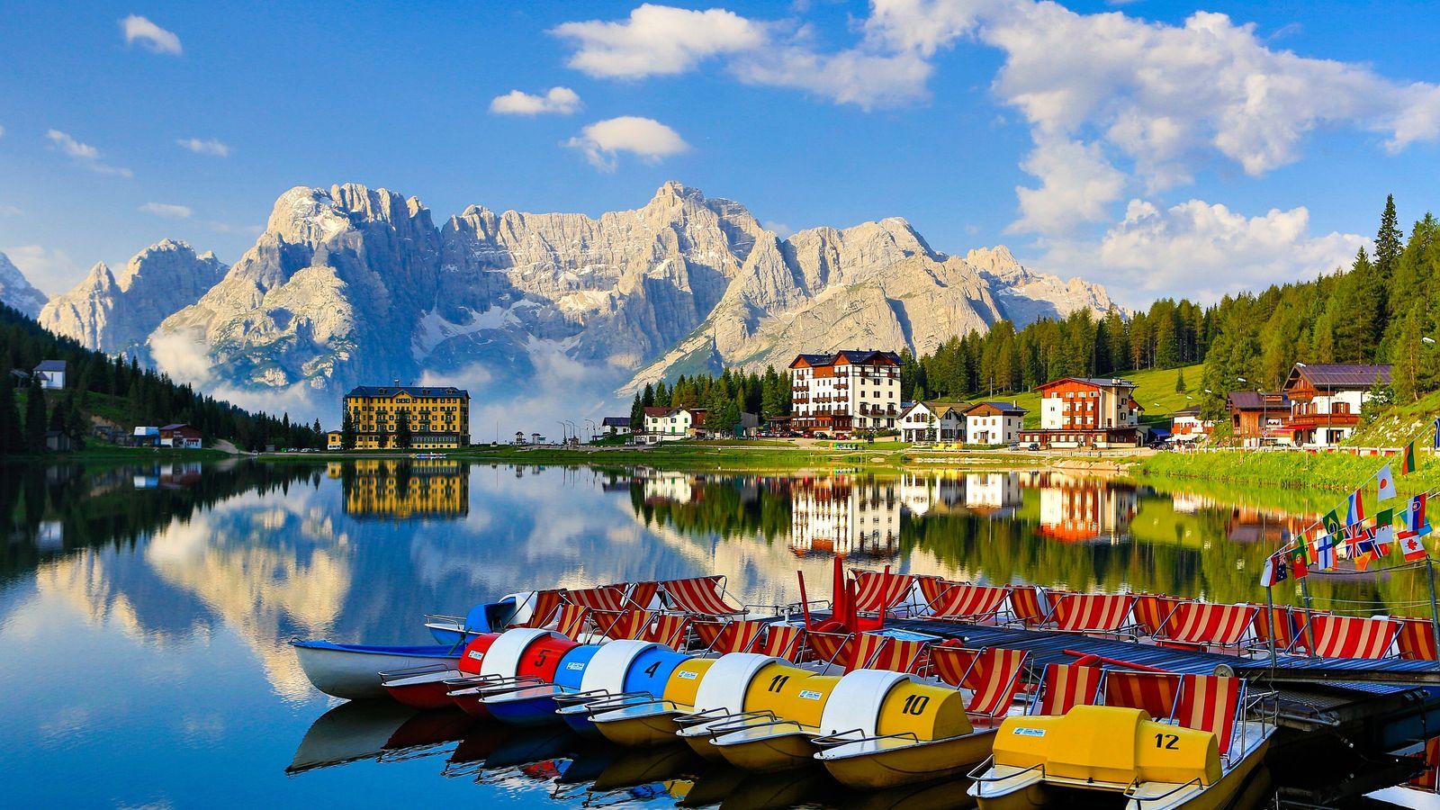Les Dolomites surplombent le lac Misurina au cœur des Alpes italiennes du nord.