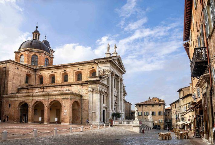 À deux pas du Palazzo Ducale se trouve la cathédrale d'Urbino, un édifice du 16esiècle entièrement ...