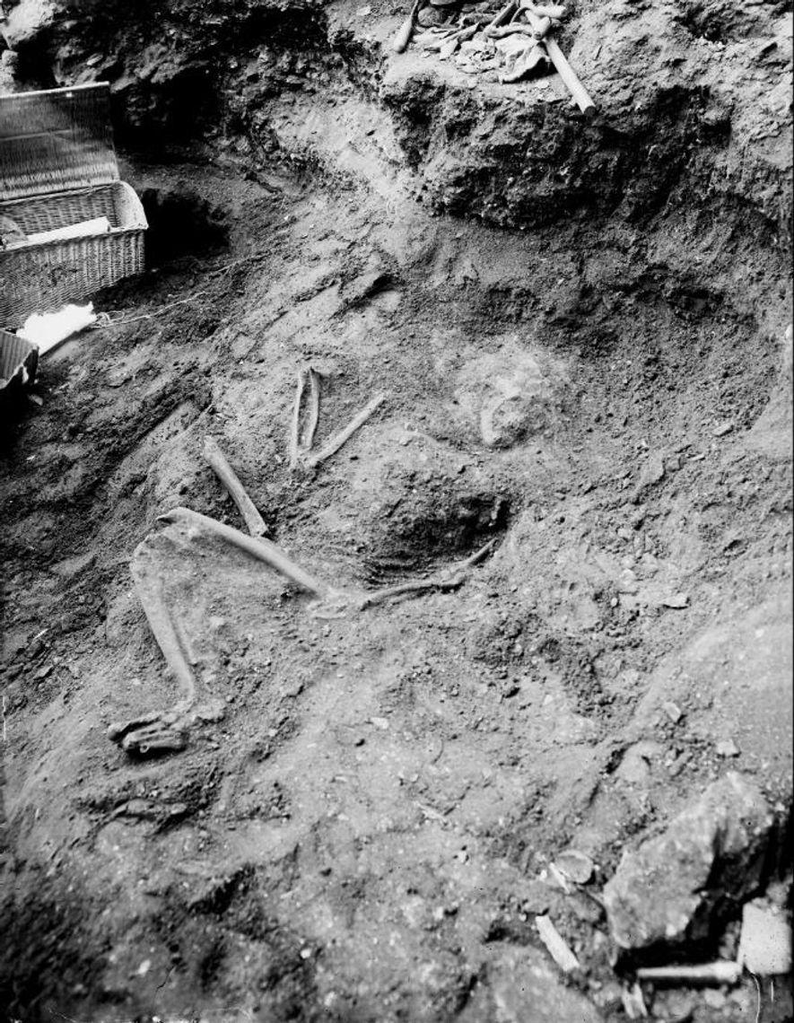 Découverte de la sépulture de la Ferrassie en 1909.