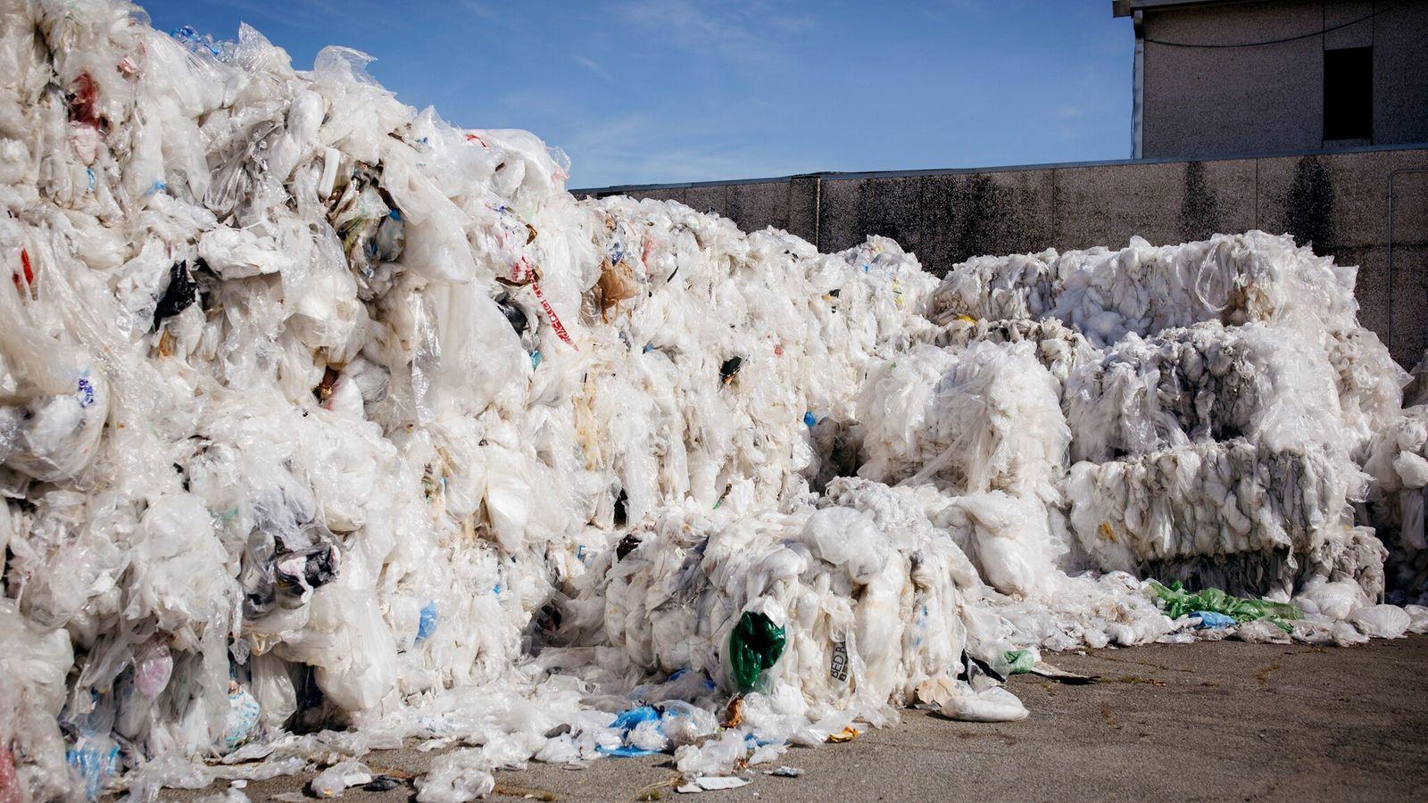 Sacs en plastique provenant de magasins Walmart de l'ensemble des États-Unis en attente d'être traités dans ...