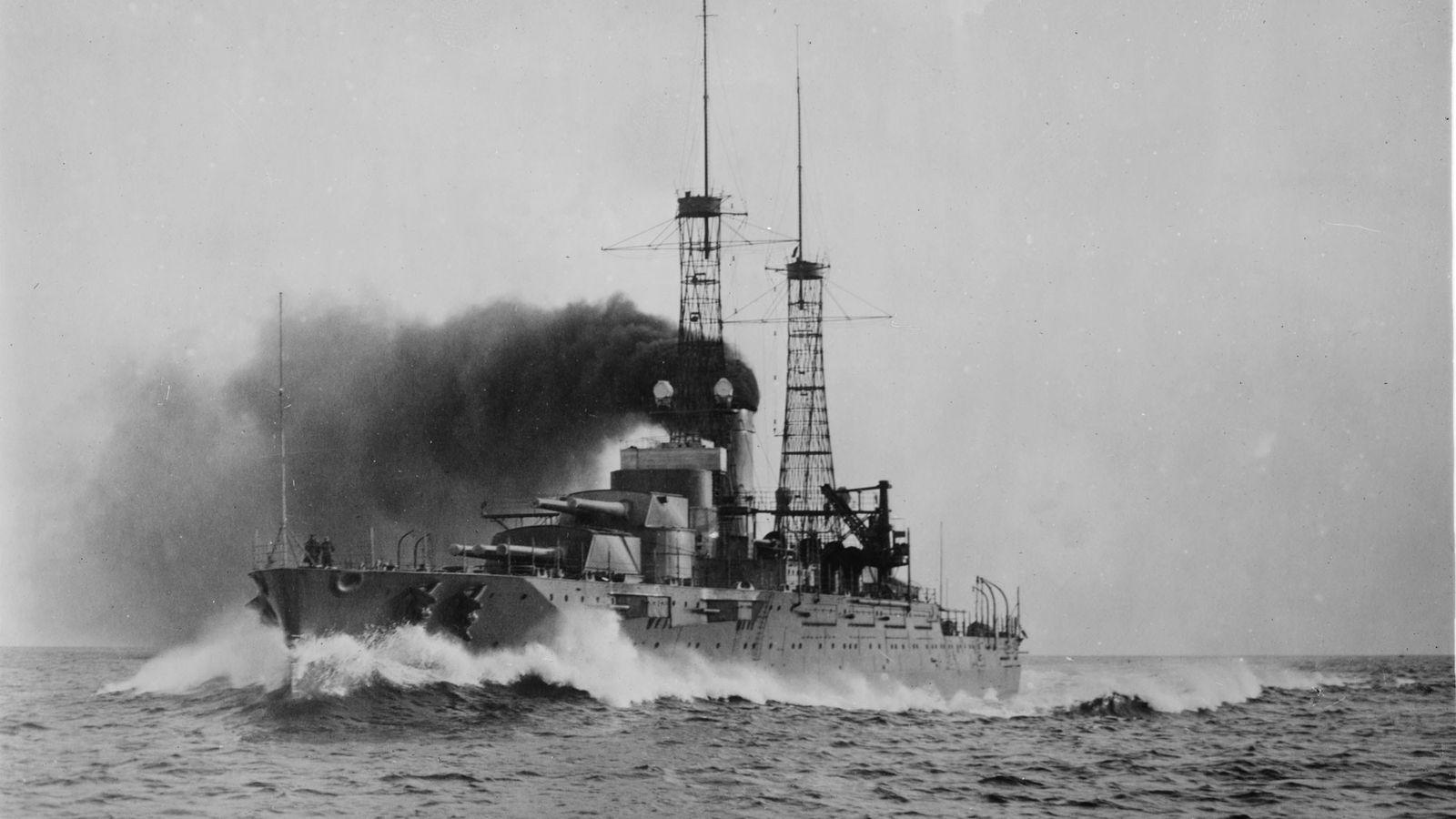 L'USSNevada, présenté ici lors d'un essai en mer en 1916, a servi surl'Atlantique et dans le ...