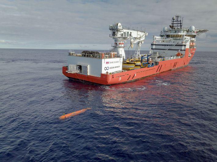 Un véhicule sous-marin autonome est lancé depuis un navire Ocean Infinity.