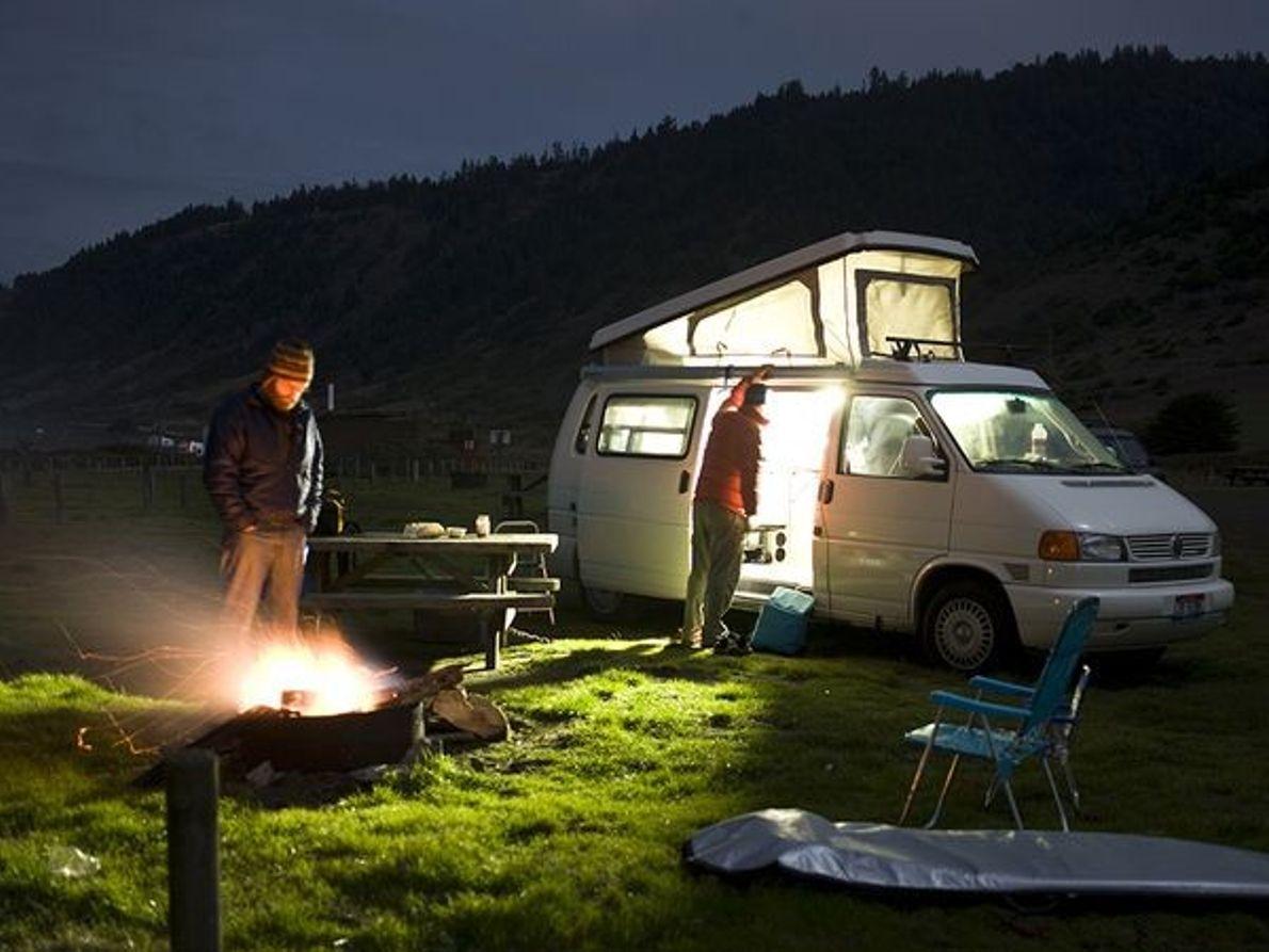 Photo de campeurs avec leur van