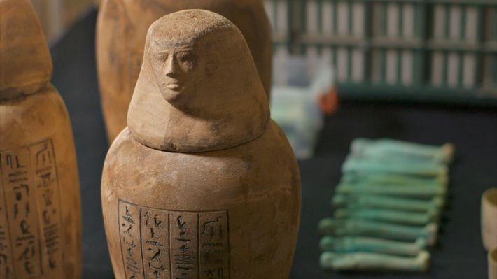 Tadihor fut enterrée avec quantité de biens, dont des vases canopes finement ouvragés pour les organes ...