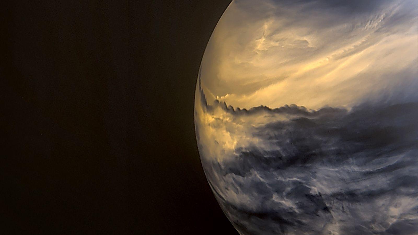 Des nuages de haute altitude obscurcissent les nuages de moyenne altitude plus brillants sur cette image ...