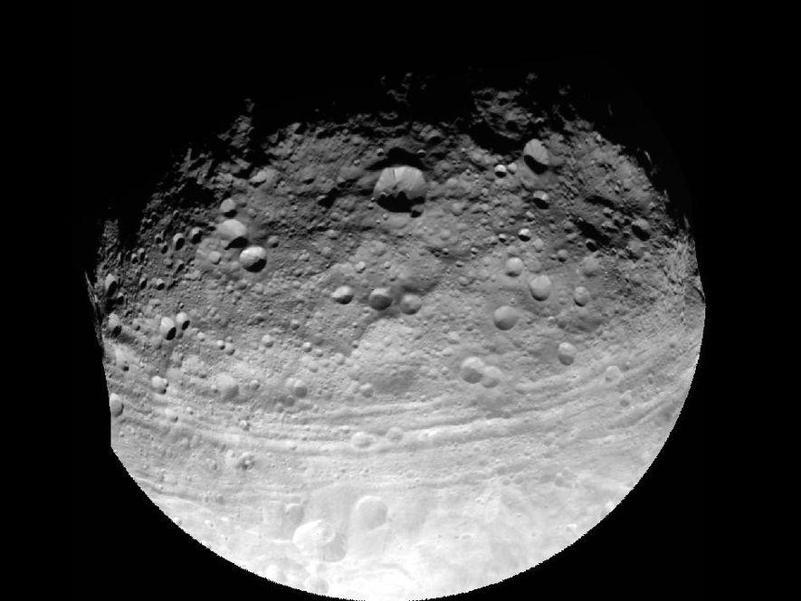 Vesta a été déformé par plusieurs impacts géants.