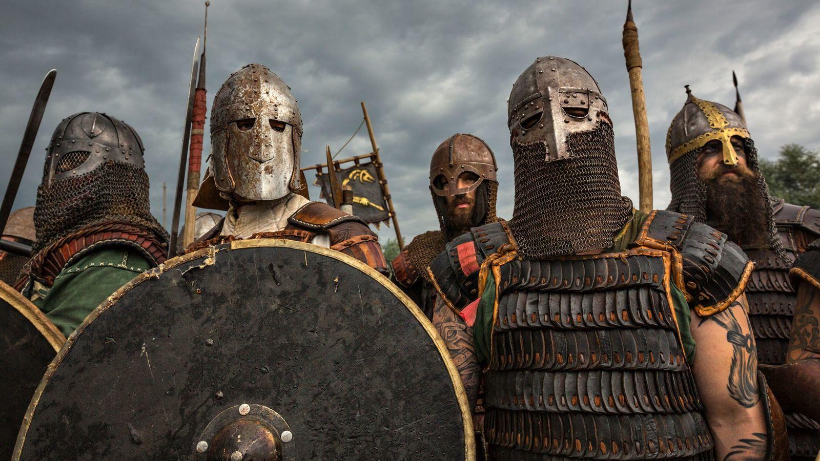 Des acteurs en armure se préparent au combat rapproché pendant le Festival des Slaves et des Vikings ...