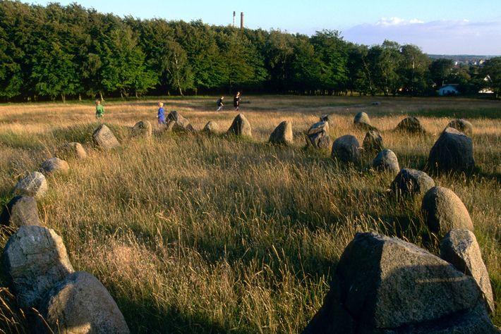 Les vestiges des cimetières vikings, comme ce site funéraire en forme de bateau près d'Aalborg, au Danemark, ...