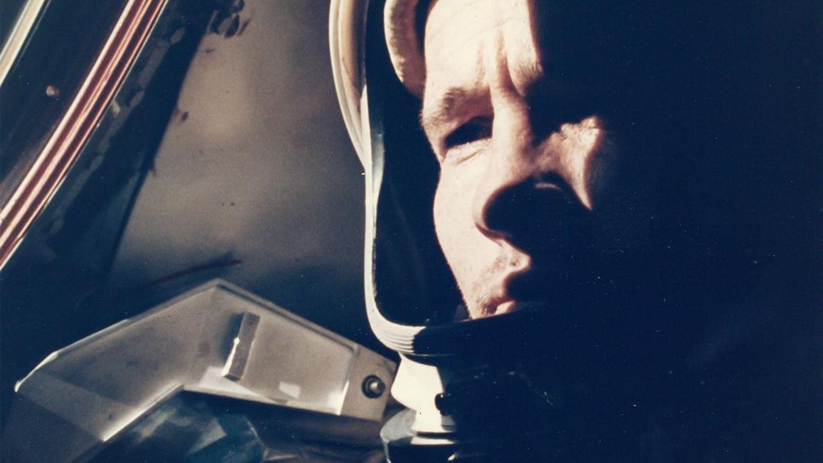 L'astronaute Ed White prend la pose pour le premier portrait en vol de l'histoire, pris en ...