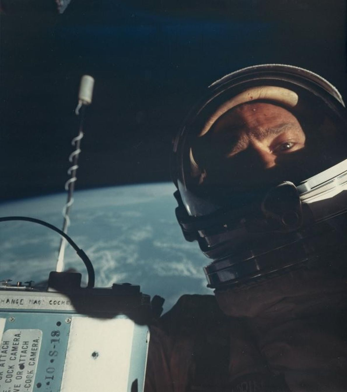 En 1966, l'astronaute américain Buzz Aldrin réalise le premier selfie dans l'espace, à bord de la ...